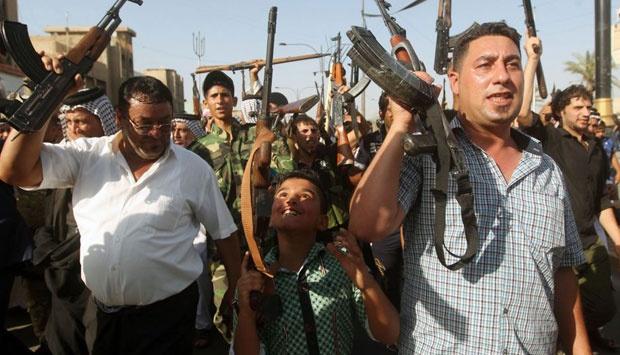 Anak-anak berpartisipasi dengan para pejuang untuk melawan militan Negara Islam Irak dan Suriah (ISIS) yang berusaha memasuki kota Bagdad. Mereka bersiap-siap memerangi ISIS bersenjatan senjata otomatik AK-47. dailymial.co.uk